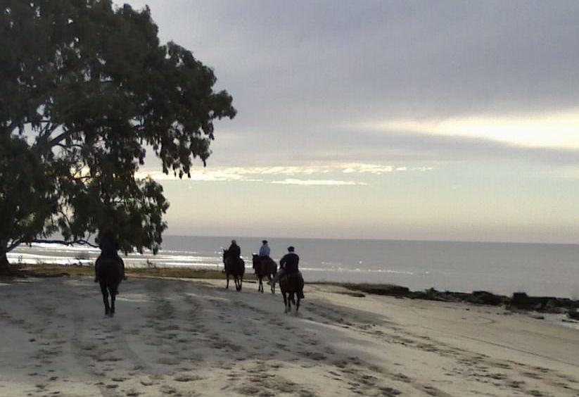Cabalgata en playa balneario Sarandi