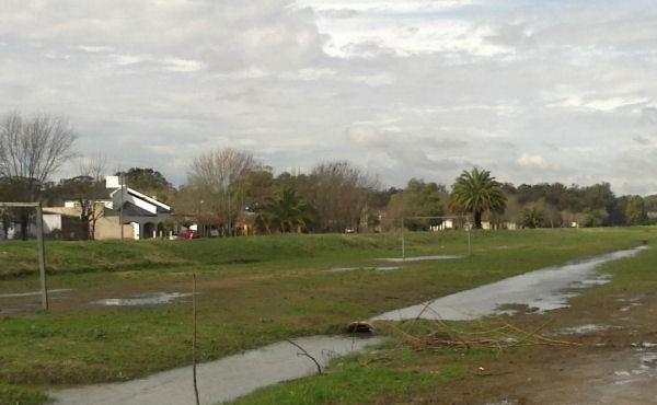zanjas saturadas de agua por las lluvias