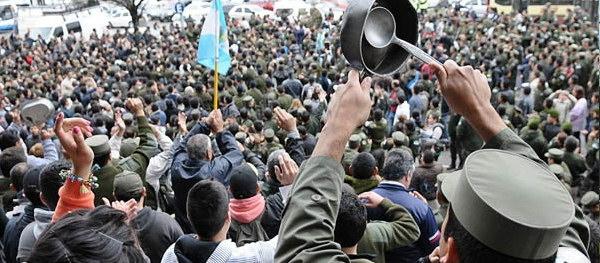 gendarmeria protestando por descuentos en sus sueldos