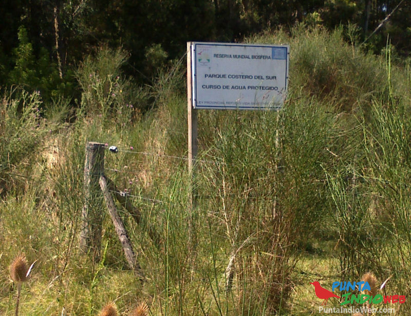 cartel curso de agua protegido